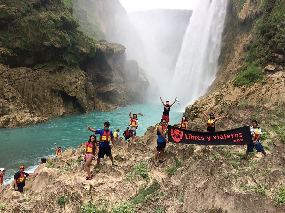 libres y viajeros en la cascada de Tamul