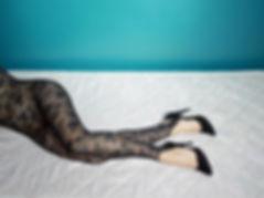 Tiphaine Crespel Autoportrait travail photographie sur la position de la muse au sein du couple dans l 'art .Correspondance photographique avec Cédrix Crespel . Art photography , art polaroid and digital ,language of legs ,langage des jambes , inspiration Guy Bourdin  , Helmut Newton