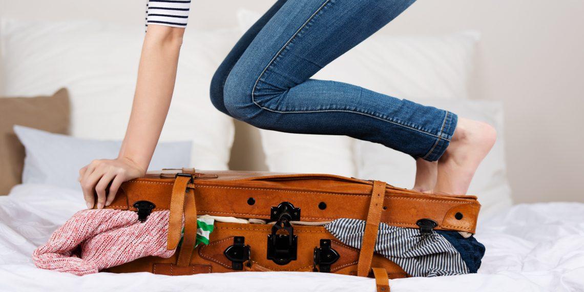 Видеть во сне дорожные чемоданы – к путешествиям, а также к неудачам.