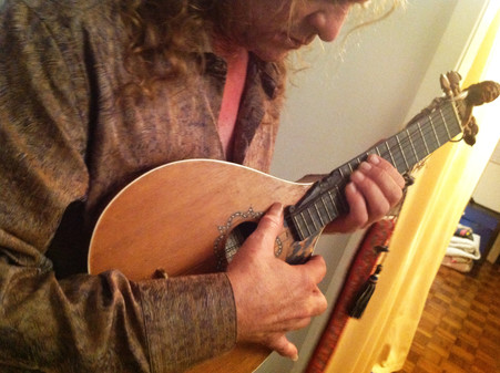 Playing the Cettera, made by Florence, Italy luthier Jamie Marie Lazzara
