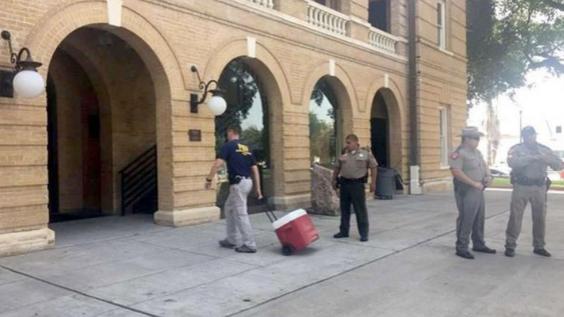 Agentes federales catearon edificios de gobierno en Laredo