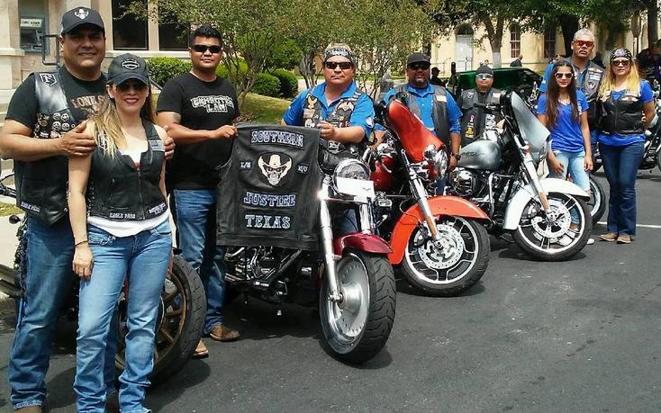 Un grupo de motociclistas participo en la exibición de autos antiguos y modernos en la calle Main, en el primer cuadro de la ciudad, asistieron visitantes del sur de Texas.