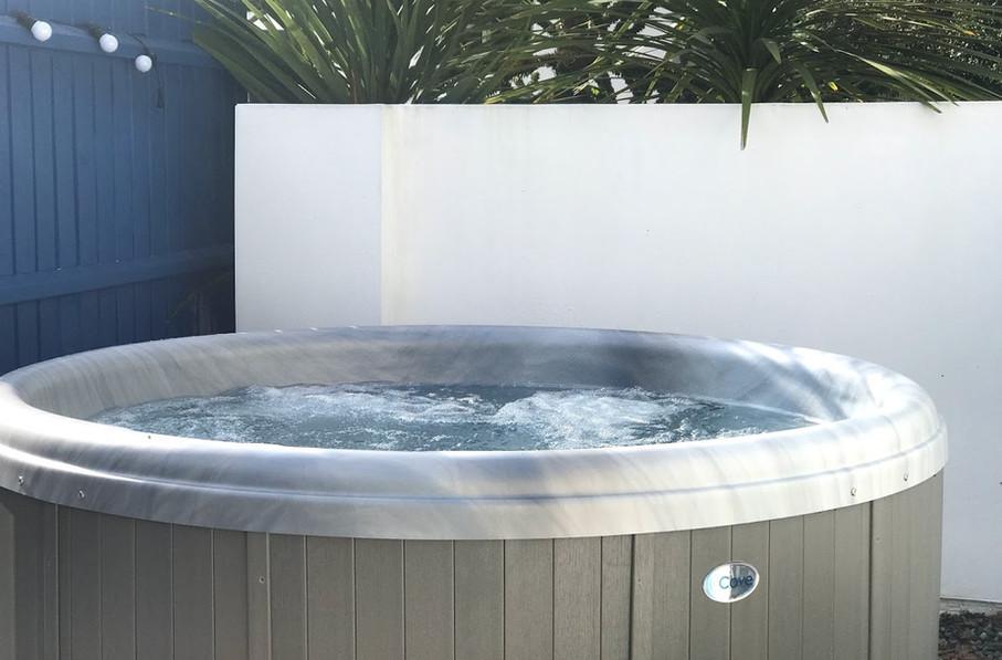 Poolside Lodge Round Hot Tub