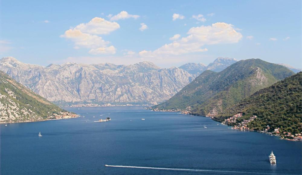 Die berühmte Bucht von Kotor in Montenegro von oben. Sie ist ein Paradies für Naturliebhaber, Wassersportler, Segler, Bergsteiger und Freunde des guten Essens.
