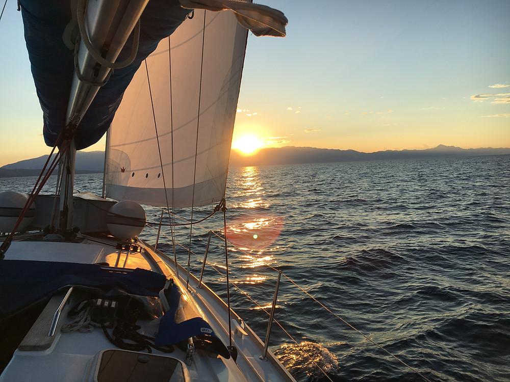 Segelboot im Sonnenaufgang in Kroatien Adria