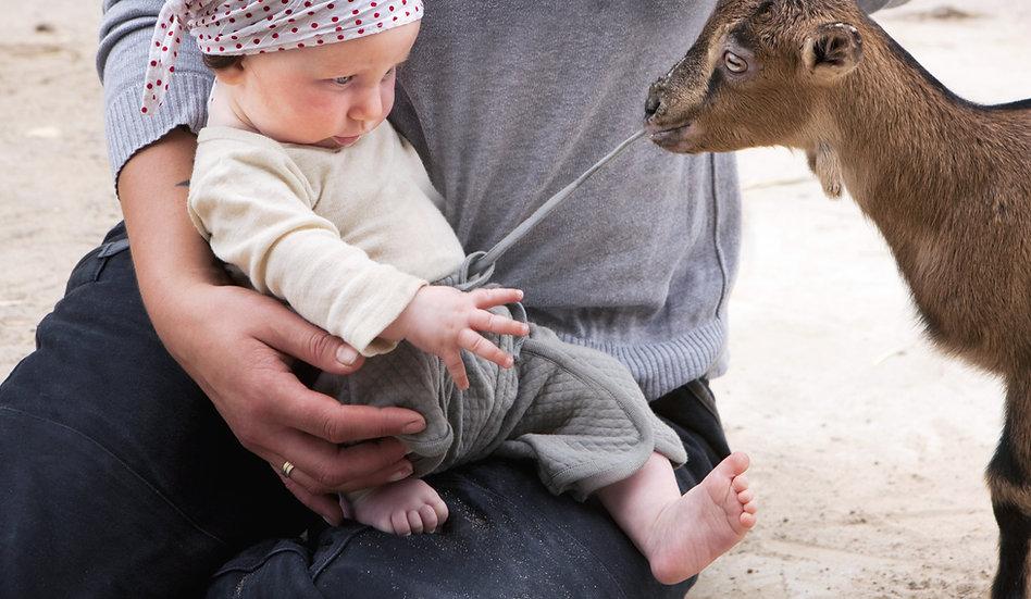 Bir bebeğin pantolon İpli çekerek bir ke