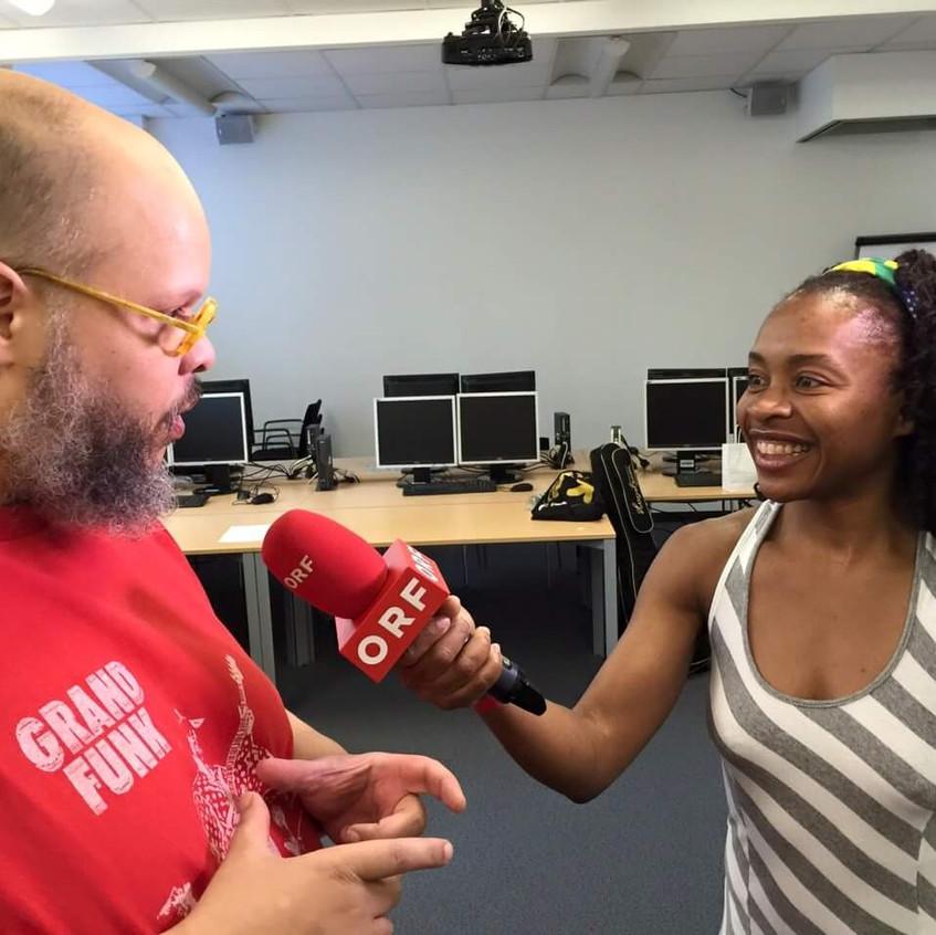 Entrevistando  fazendo tradução, com cantor Ed Motta