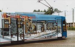 erste Straßenbahn mit Fensterfolie