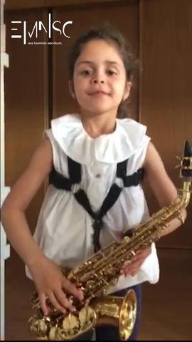Uma saxofonista faz-se... de pequenina!