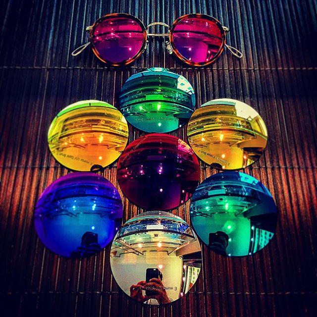 Mode d'emploi pour avoir des lunettes de soleil uniques : 1- Trouvez la monture de vos rêves  2- Mate ou brillante , A vous de choisir !  3- Choisissez la couleur de vos verres, osez la différence ! 4- Venez chez Elite Optique Paris