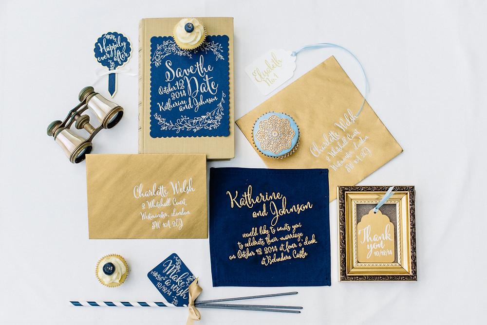 Dunkelblaue Hochzeits-Papeterie mit goldener Kalligrafie