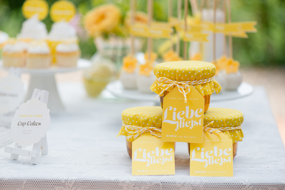 Kreatives Gastgeschenk für eine Hochzeit in gelb – Honig mit Anhängern