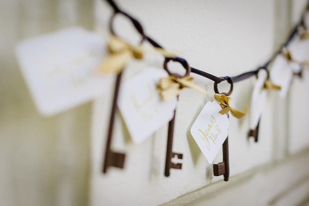 Vintage Schlüssel mit Namenskärtchen zeigen euren Hochzeitsgästen ihren Platz