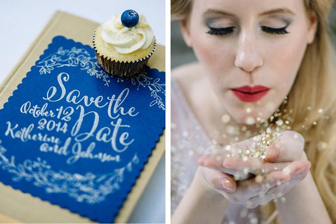 Dunkelblaue Save-The-Date-Karte für eure Hochzeit mit goldener Kalligrafie