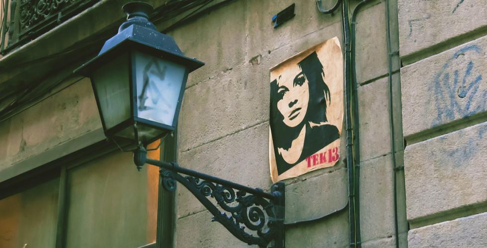 Poster su parete