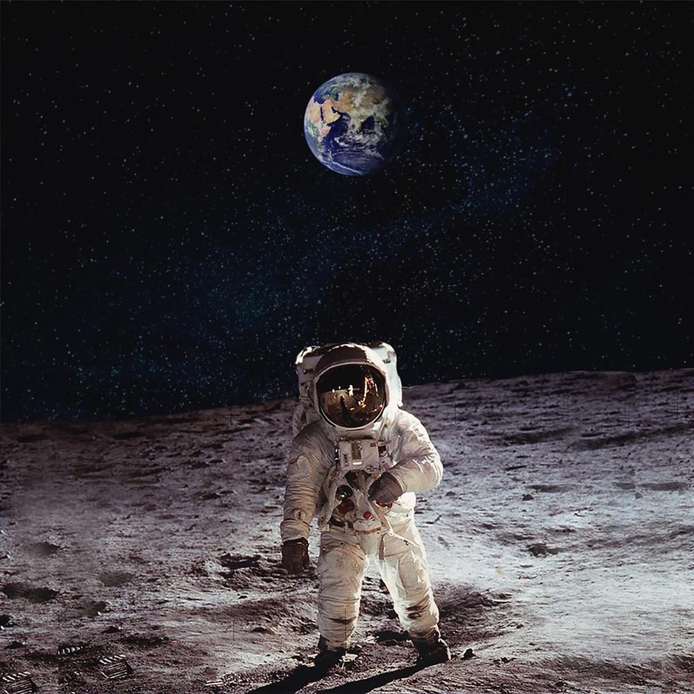 Astronauta caminhando na Lua com o planeta Terra aparecendo por trás dele.