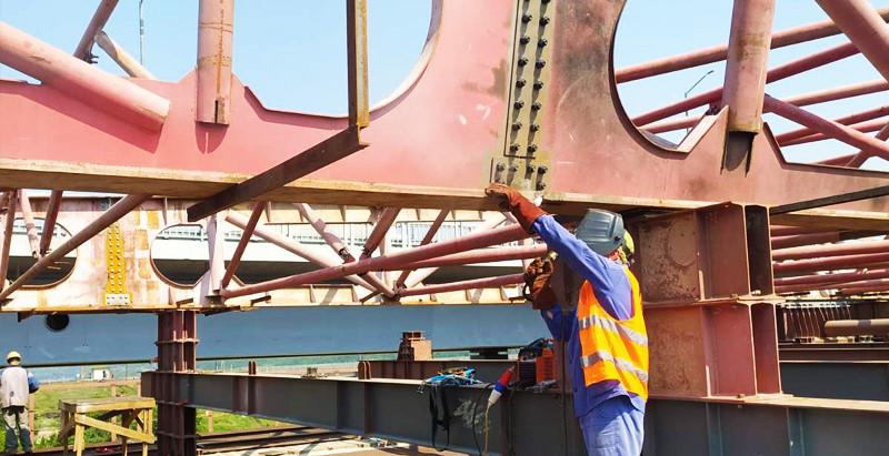 Мостобудівники збирають ар'єрбек для завершального етапу насування