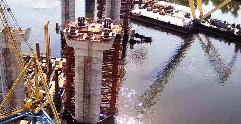 У Запоріжжі мостобудівники встановили останню опору та готуються до монтажу чергової секції