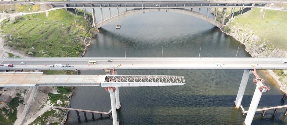 Будівництво запорізьких мостів: завершено насування та триває підготовка до монтажу другої секції