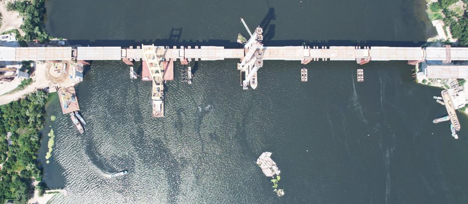Монтаж шостої секції вантового мосту: у Запоріжжі мостобудівники з'єднали береги