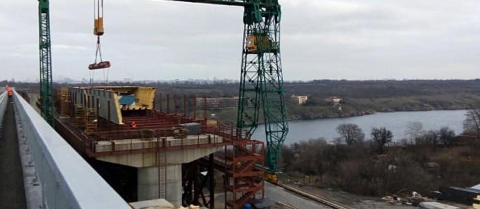 У Запоріжжі повним ходом просувається будівництво другої частини балкового мосту