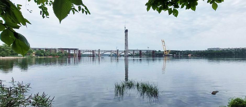 Запорізькі мостобудівники з'єднали пілон вантового мосту з лівим берегом Дніпра