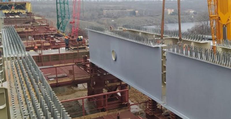 У Запоріжжі на трьох спорудах балкового мосту просуваються роботи: скільки вже змонтовано