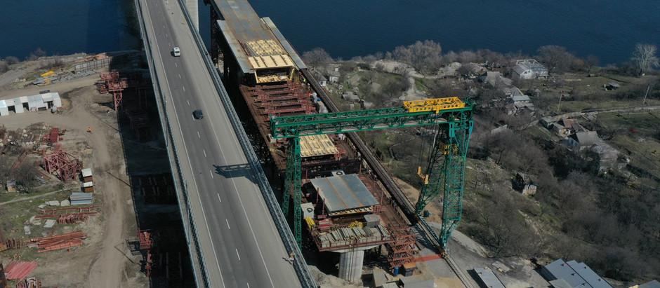 На балковому мосту будівельники завершили насування секції № 1 прогонової будови на опору