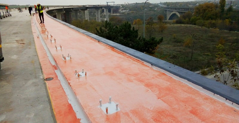 У Запоріжжі на балковому мосту вже виконують роботи з гідроізоляції тротуарів