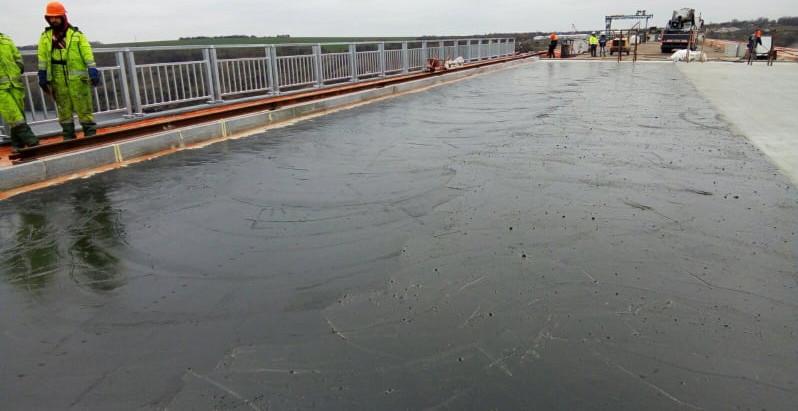 На Запорізькому мосту почали влаштовувати покриття: використовують гусасфальт
