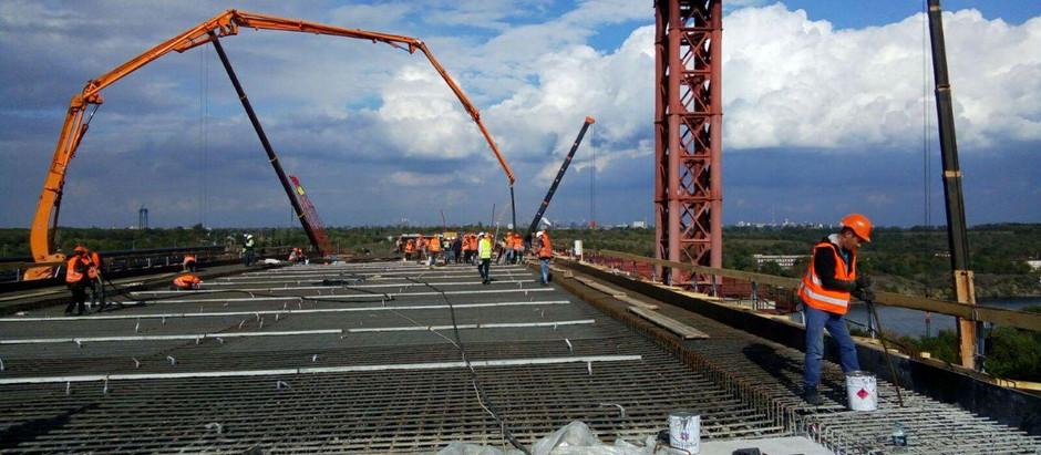 На з'їзді з Запорізького мосту забетонували більше половини захваток