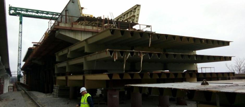 У Запоріжжі на підході до балкового мосту мостобудівники готуються до влаштування плити проїзду