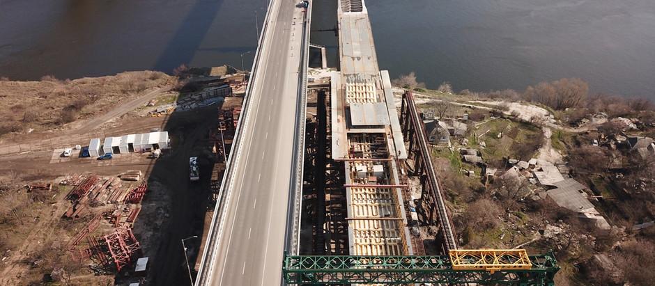 Мостобудівники почали збирати нову секцію балкового мосту та продовжують збирати прогін вантового