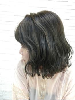 外ハネのスタイリングは毛先の動きが全体的に動きのあるスタイル