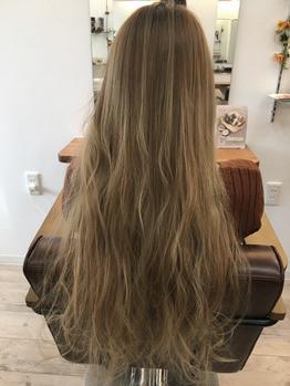 施術前の髪髪の色素が抜けきってる状態