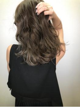 グレイッシュなカラーリングは、髪質も柔らかく見え、オフィスでも休日でもおしゃれに☆