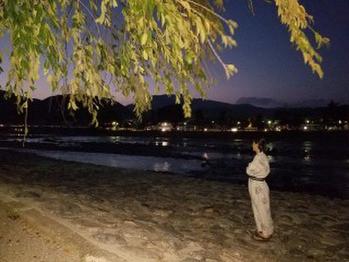 泊まった旅館は嵐山の「花伝抄」。 そこで浴衣を借り、有名な渡月橋を散歩