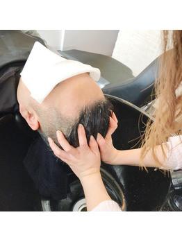 マッサージの後はタオルで頭を包み、 温めていきます。