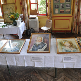 Des tableaux représentant des portraits.