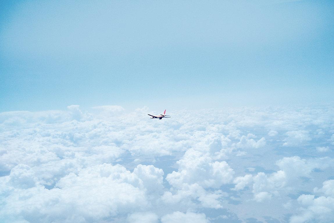 Vliegtuig boven de wolken
