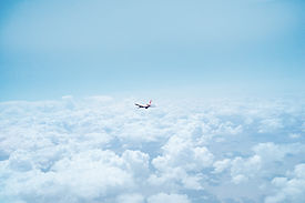 Avión por encima de las nubes