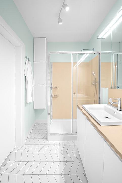 biała, pastelowa łazienka, pralka w zabudowie, umywalka Grohe wpuszczana w blat