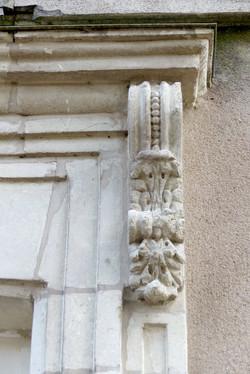 corbeau-fenetre-logis-style-angevin