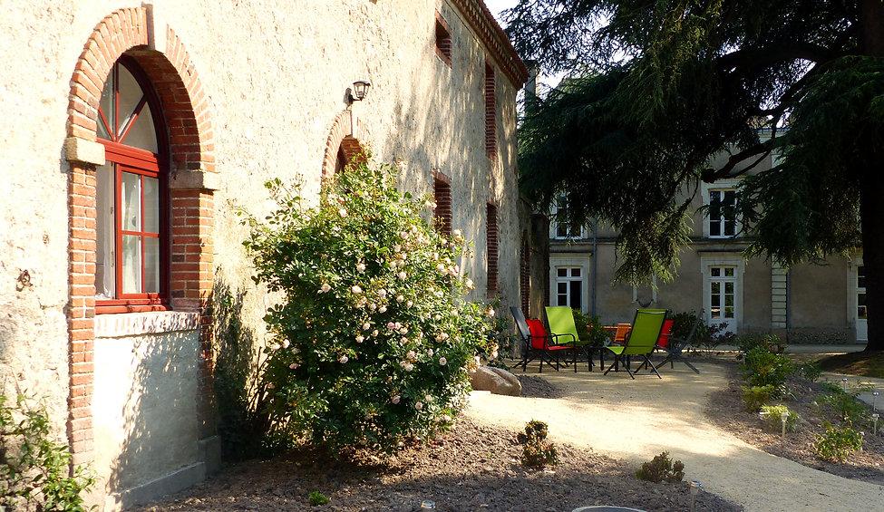 Terrasse du gîte avec vue sur les chambres d'hôtes