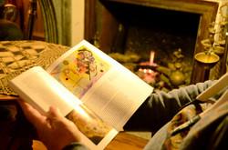 Lecture au coin du feu