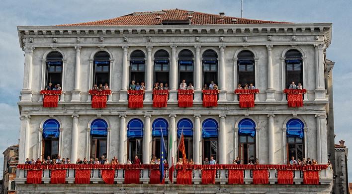 Balcons à Venise durant régates historiques