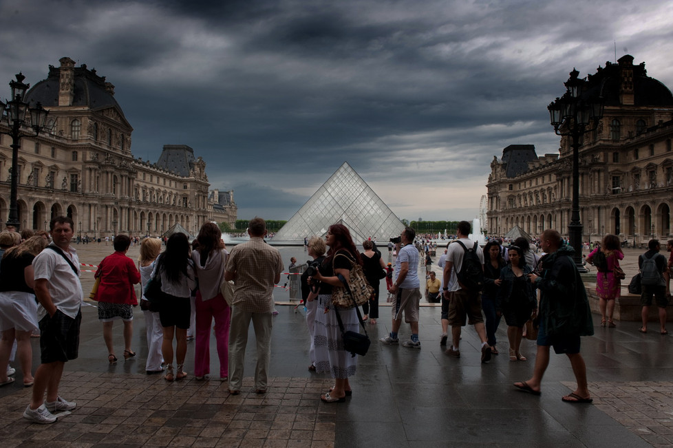 Le Louvre, un soir