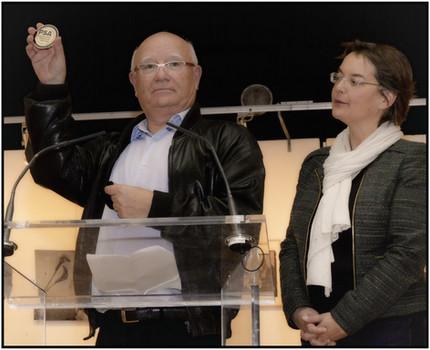 Madame la Maire et Gilles distribuant les médailles