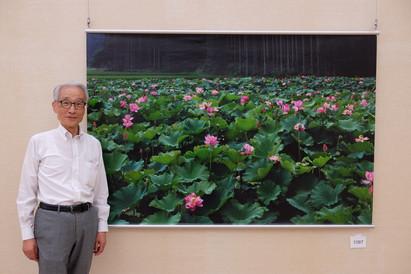 Toshi san devant sa photo gagnante