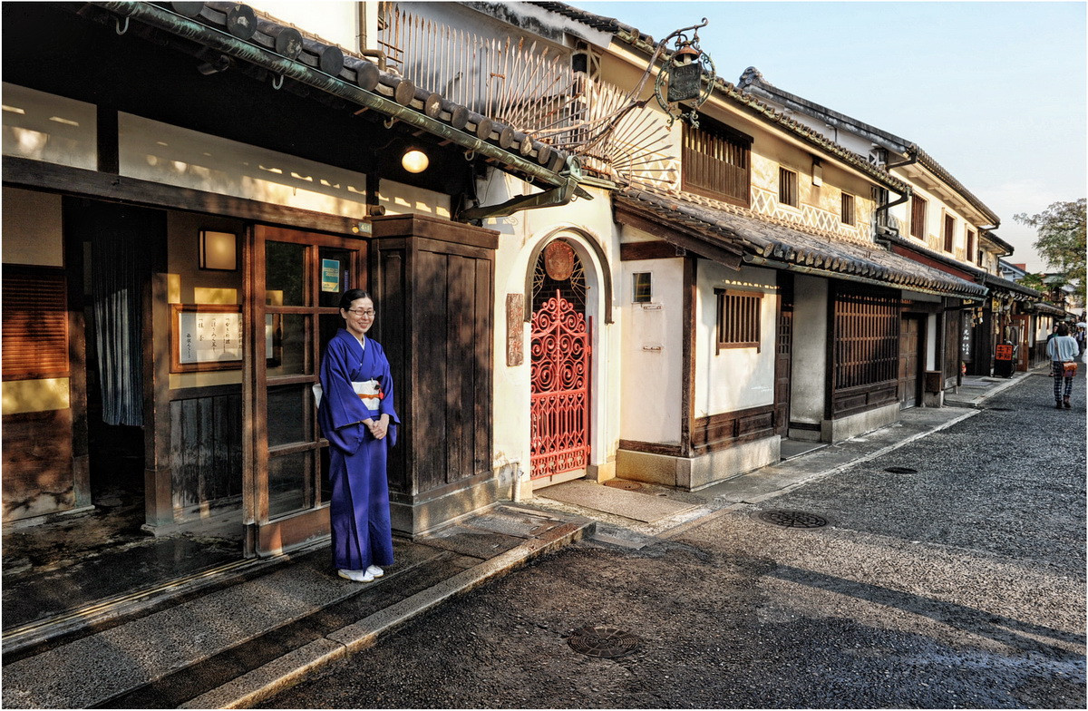 Kurashiki devant un restaurant